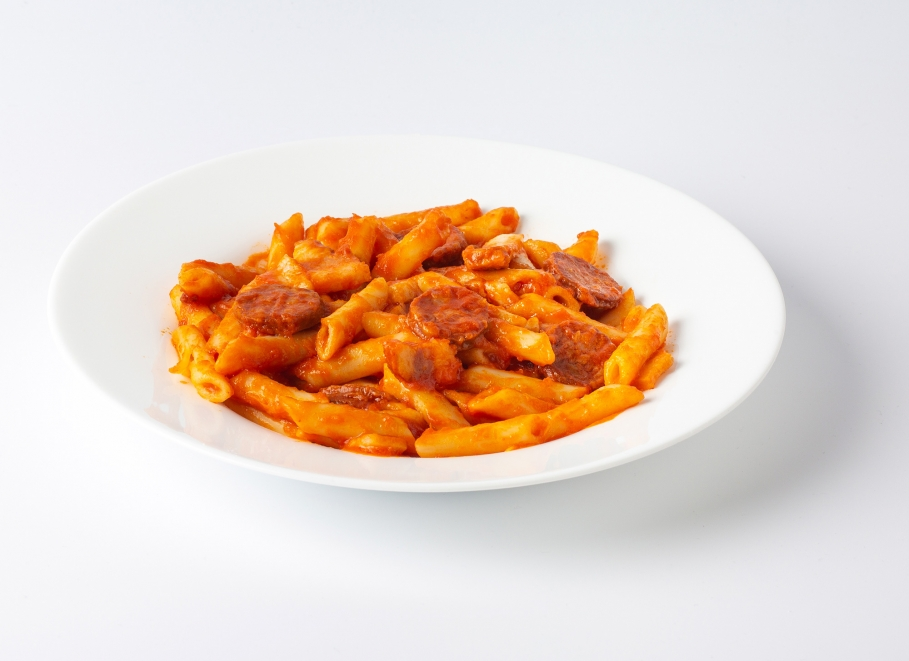 Macarrones con tomate y chorizo riojano